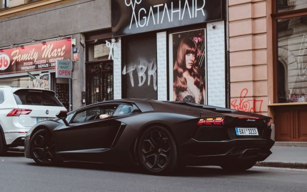 Premiums and discounts, Flash black car outside a shop, Photo by Marc Kleen on Unsplash