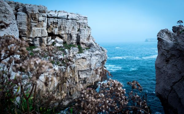 Cliff edge, dabbling with investment trust discounts, Photo by Alberto Frías on Unsplash